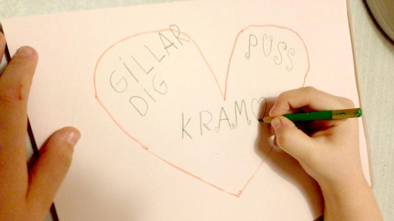 Ett barn som ritar ett hjärta. Foto: Erica Dahlgren/Sveriges Radio