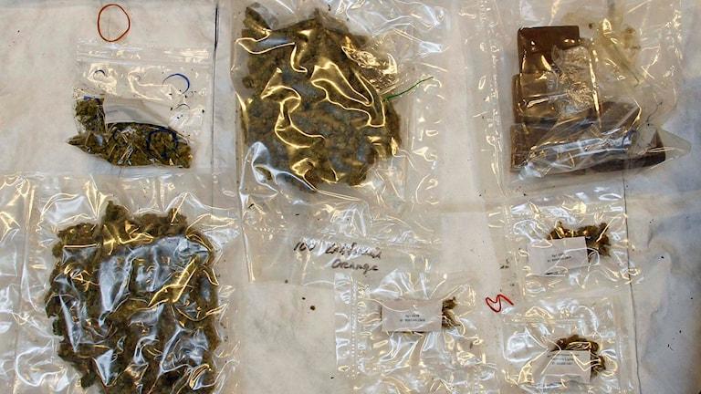 Polisens bild på en del av beslaget från den stora narkotikahärvan i Västerbotten och Norrbotten. Foto: Polisen.