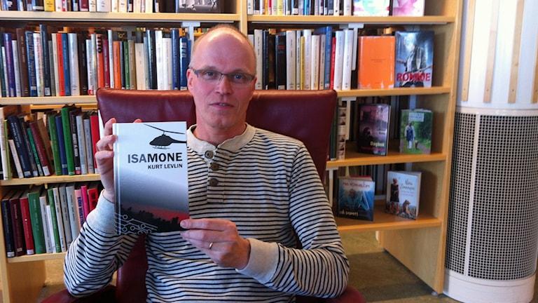 Kurt Levlin med sin senaste bok Foto Irene Norberg