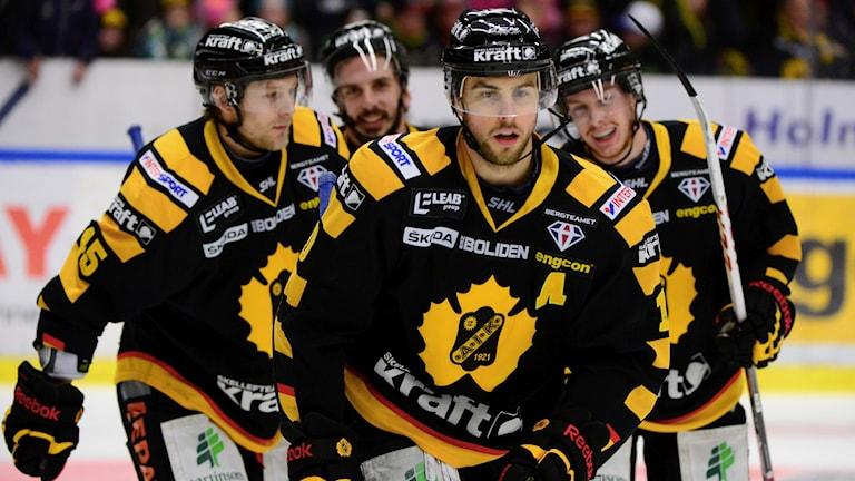 Joakim Lindström och medspelare på isen