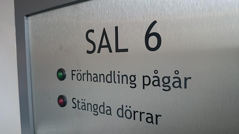 Skylt, Sal 6, förhandling pågår. Foto: Karl-Johan Vannmoun/Sveriges Radio