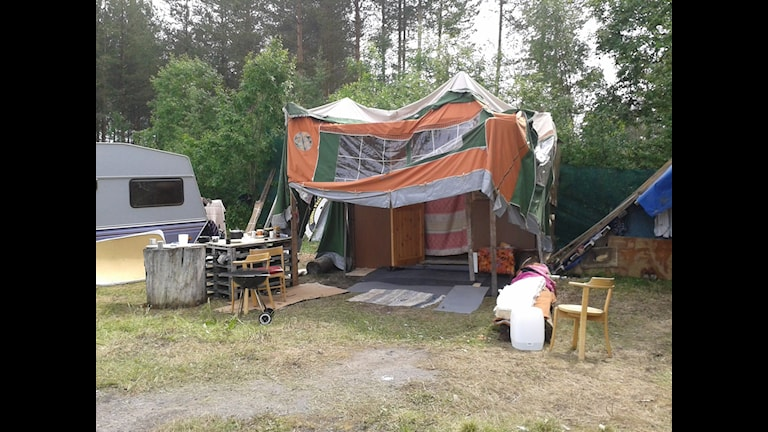 Lägret vid paintballbanans grillplats. Foto: Emelie Svedjer/SR