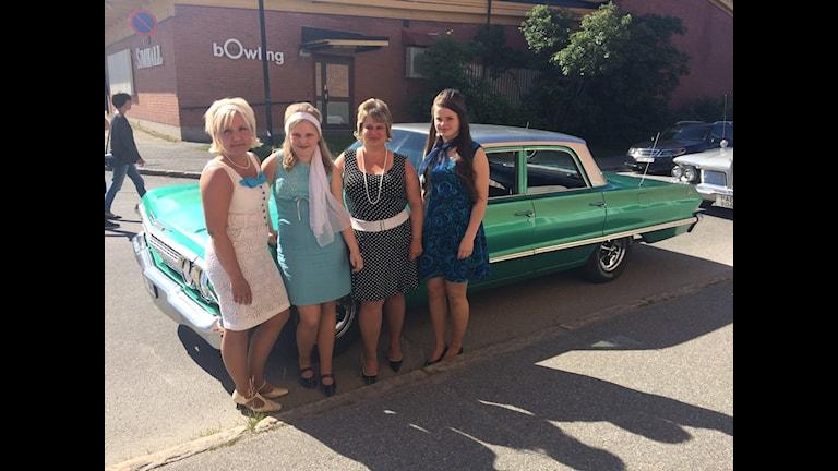 Fyra deltagare i Ladies poker run, framför den gröna Impala de tävlade i - under Motorveckan i Lycksele 2015.