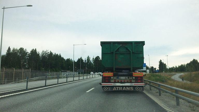 En övergiven lastbil står just nu på E4:an i närheten av Sofiehem. Foto: Åsa Sundman/SR