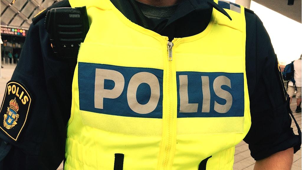 Polisman med polisväst. Foto: Lennart Odhström, Sveriges Radio.