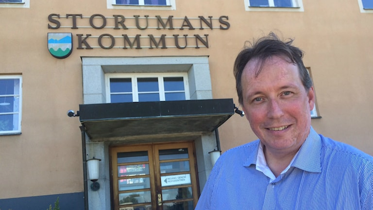 Storumans kommunalråd Tomas Mörtsell framför kommunhuset i Storuman. Foto: Anders Wikström