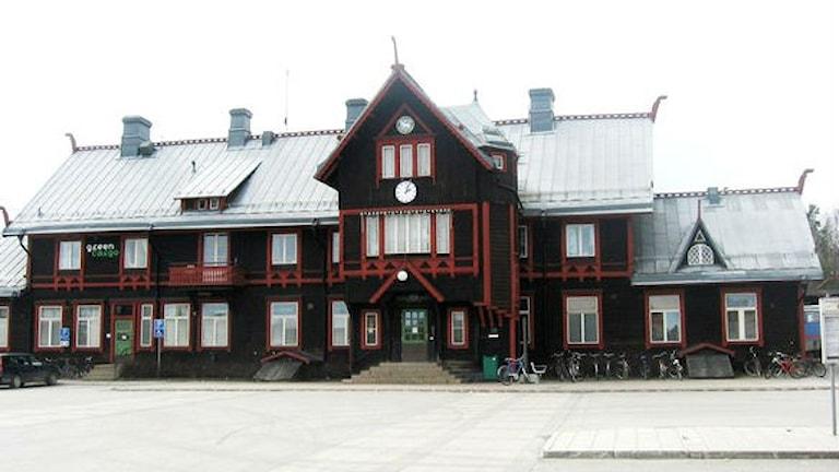 Stationshuset i Vännäs är byggnadsminnesskyddat. Men det gäller inte perrongtaket.