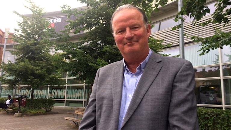 Jan Sandström framför Norrlandsoperan i Umeå. Foto: Anders Wikström, Sveriges Radio.