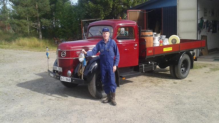 Per-Johan Wännström har svidat upp sig för att köra mjölkbilen. Foto: Linnea Hedelilja