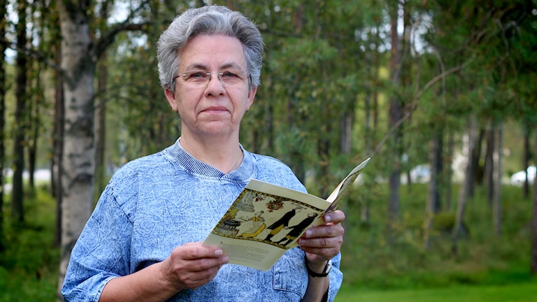 Lisen Sjödin med menyn från lunchen på Sävargården, Foto: Helena Andersson/SR.