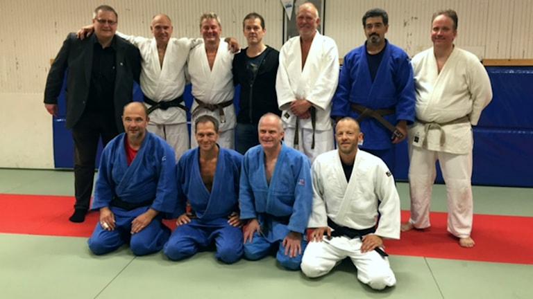11 män i gi:s (träningsdräkter) står uppradade i ett gruppfoto. Foto: Göran Skog