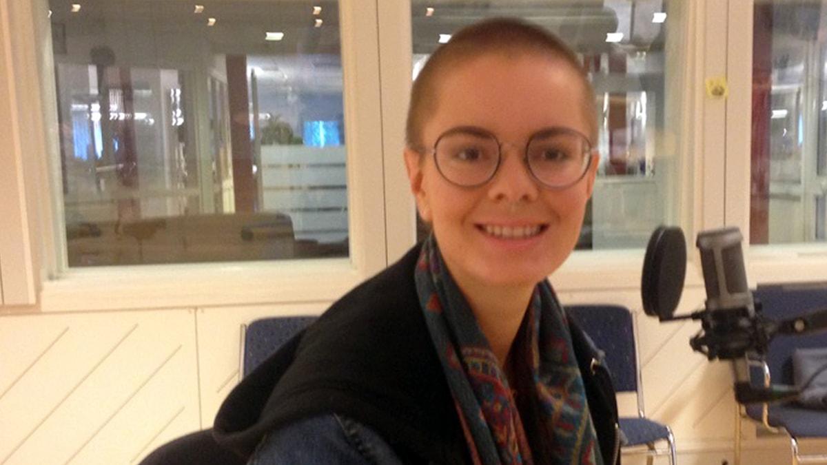 Signe Andersson i P4 Västerbottens studio, Foto: Johanna Frostensson/Sveriges Radio.