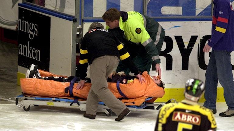 Skadad hockeyspelare     foto Thomas Oneborg /TT
