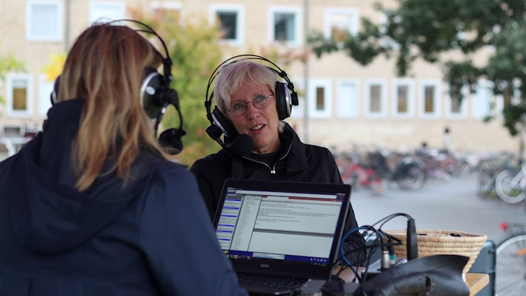 Rektor Lena Gustafsson i radio. Foto: Helena Andersson/Sveriges Radio