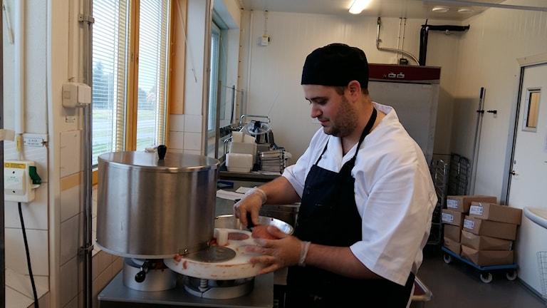Jocke Vanström visar hur köttbullemaskinen fungerar. Foto: Linnea Hedelilja