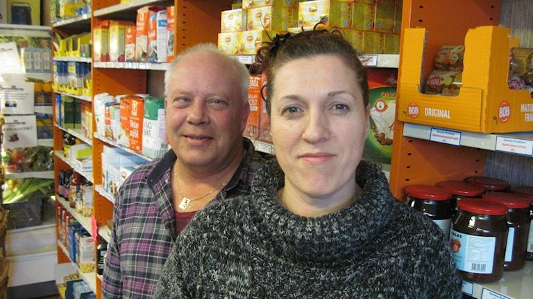 Örjan Axelsson och Krystyna Felczak driver affären i Hällnäs. Foto: Agneta Johansson/Sveriges Radio