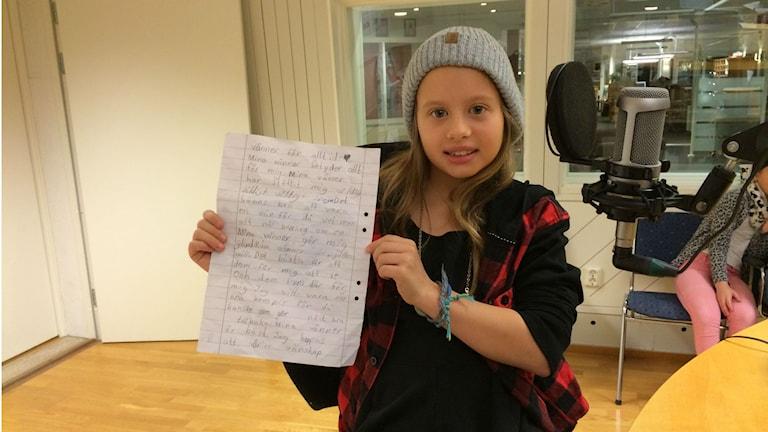 Nioåriga Tyra Knobloch från Umeå läste sina hundra ord om vänskap. Foto: Adam Timander/SR