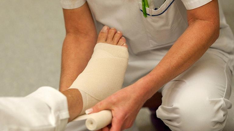 Sjuksköterska lindar en fot. Foto: Leif R Jansson/TT