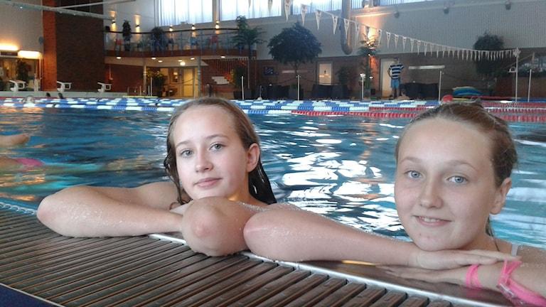 Klara och Ella tycker till om att ha mobiler och skärmar i badhuset. Foto: Linnea Hedelilja