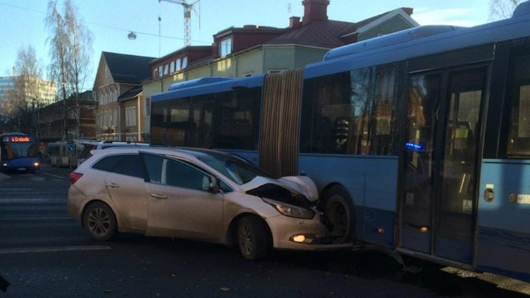 Personbilen och bussen krockade i korsningen Västra Esplanaden och Skolgatan. Foto: Cidrick Marklund.