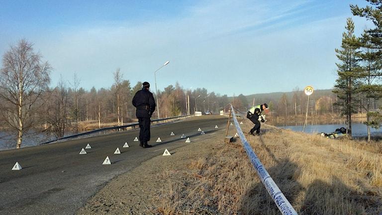 Polis arbetar på olycksplatsen i Fredrika. Foto: Adam Timander, Sveriges Radio.