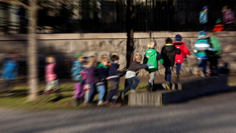 Barn, skolgård, skola. Foto: Hasse Holmberg / TT