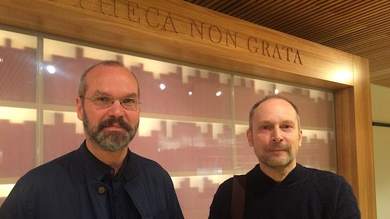 Konstnärerna Måns Wrange och Igor Isakssonframför Bibliotheca Non Grata. Foto Lillemor Strömberg/SR.