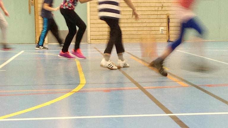 Barn gympar i sal. Foto: Erica Dahlgren/Sveriges Radio