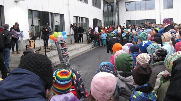 Flera hundra barn var med vid invigningen. Foto: Agneta Johansson/SR.