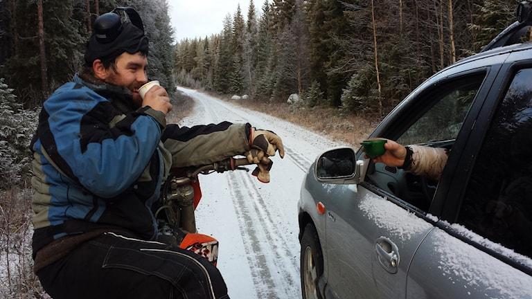 Peder Lundberg tar en kopp snabbkaffe och slukar den inom fem minuter innan han återigen sätter sig på motorcykeln för att driva renarna rätt. Foto: Linnea Hedelilja