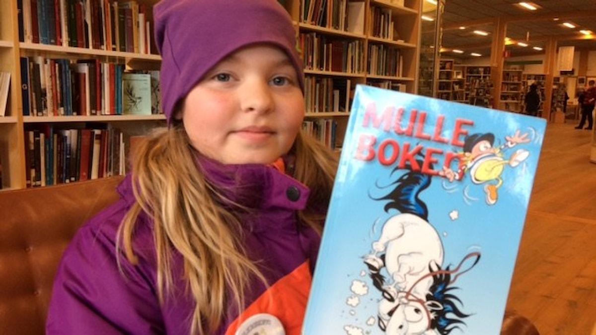 Elvira Robertsson boktipsar i P4 Foto Åza Meijer