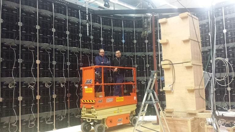 Per Andreassen och Per Ottosson står inne i kuben och kopplar ihop kablar till 260 paneler. Foto: Linnea Hedelilja