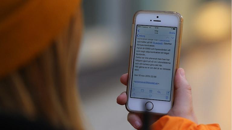 En tjej håller i en mobiltelefon