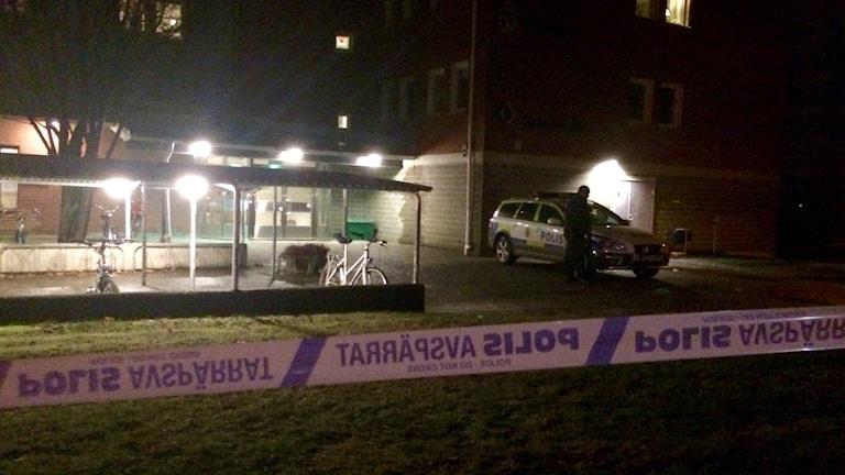 Tungt beväpnade poliser stod utanför polishuset i Skellefteå under natten mot fredag. Området avspärrat. Foto Olov Antonsson/SR.