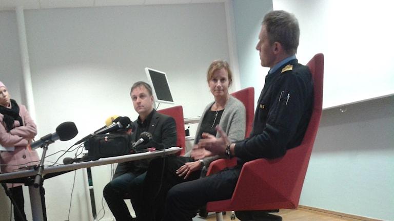 Kommunalråd Lorents Burman, kommunchef Kristina Sundin Jonsson och lokalpolisområdeschef Lars Westermark under presskonferensen. Foto: Linnea Hedelilja