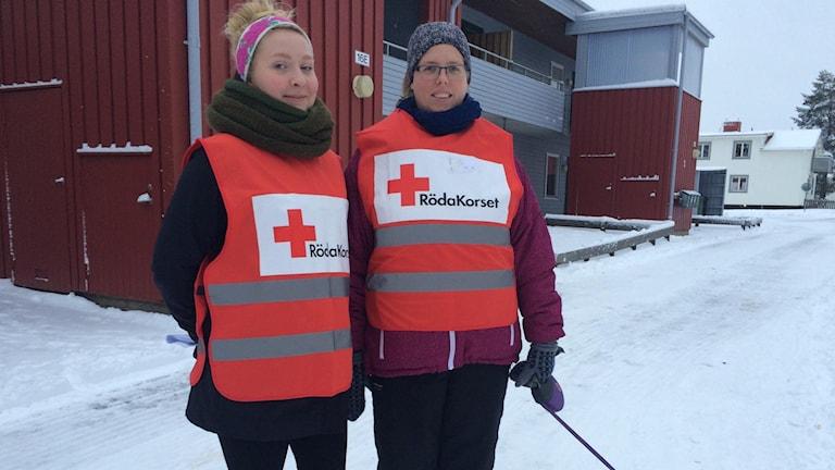 Ellen Grahn o Emma Markström trygghetsvandrar för Röda korset i ett kylslaget och lugnt Boliden. Ska vandra hela dagen, samtidigt som RKs möteslokal är fortsatt öppen. Foto Olov Antonsson/SR.
