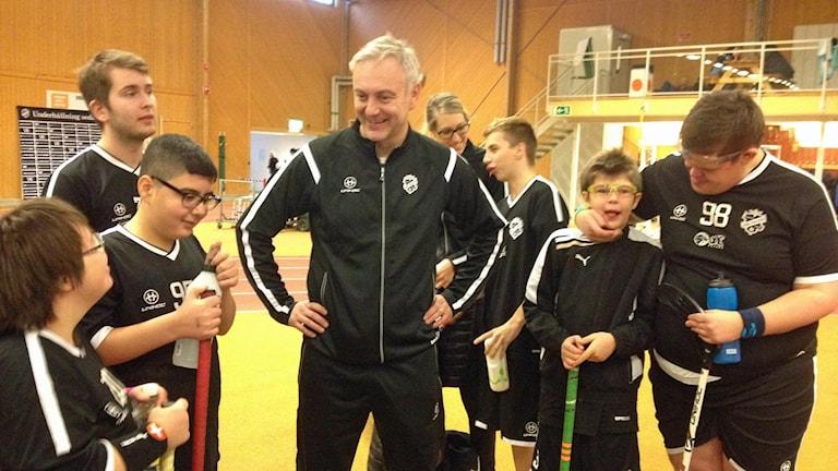Tränaren Janne Wiktorsson omgiven av spelarna i IBK Dalen. Foto: Linnéa Forss/Sveriges Radio