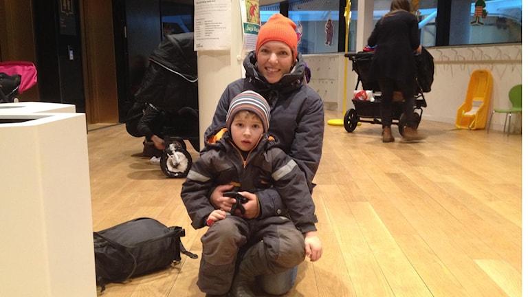 Maja Örberg som i lördags såg en föreställning på Väven med sonen Espen Edelhausen. Foto: Linnéa Forss/SR.