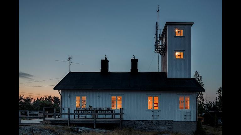 Lotshuset Järnäsklubb i skymningsljus. Foto: Andreas Nilsson
