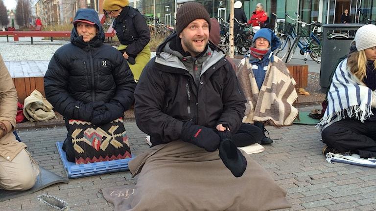 Initativtagaren Gustav Ericsson och de andra meditatörerna gör sig redo. Foto: Lillemor Strömberg/Sveriges Radio.