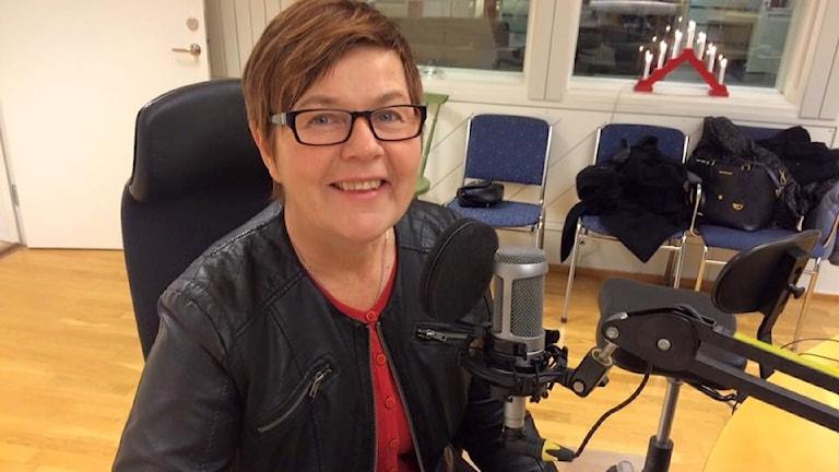 Åsa Ögren på en stol i P4 Västerbottens studio.