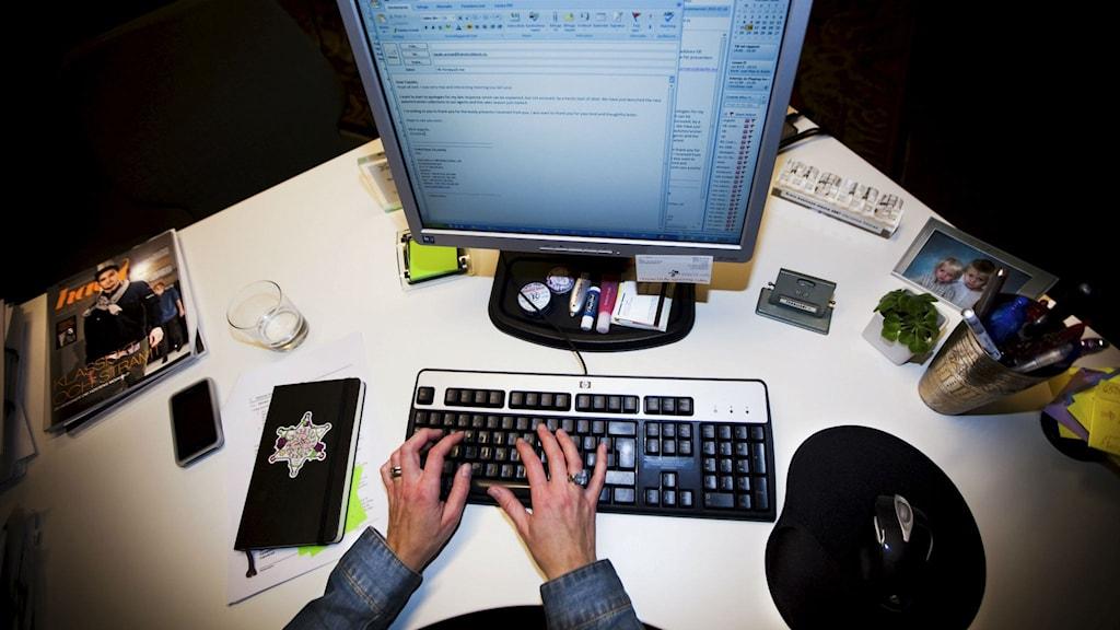 Händer skriver på tangentbord vid dator