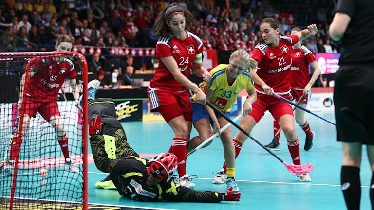 Sveriges Amanda Delgado Johansson kämpar med det Schweiziska försvaret under semifinalen mellan Sverige och Schweiz vid innebandy-VM i finska Tammerfors. Foto: Ville Vuorinen / IFF.