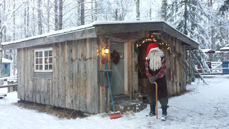 Tomten utanför stuga. Foto: Linnea Hedelilja