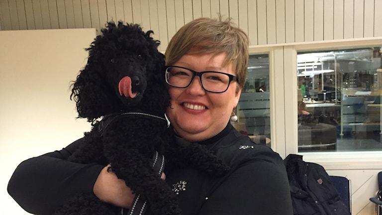 Elisabet Jonsson, präst i Holmsund ska viga par på nyårsafton, oklart om hunden Jackson deltar sm brölloppsvittne eller inte. Foto Alexandra Reichsler/SR.