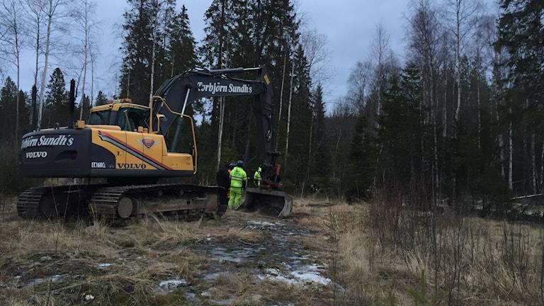 Arbetet pågår med att laga vattenläckan. Foto Johan Sjödin Umeva.
