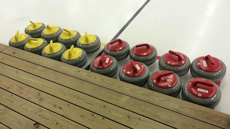 Curlingstenar av 20 kilo skotsk granit. Foto: Lillemor Strömberg/Sveriges Radio.