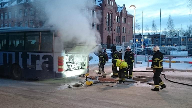 Brandmän i färd med att släcka bussmotor. Foto: Daniel Nord