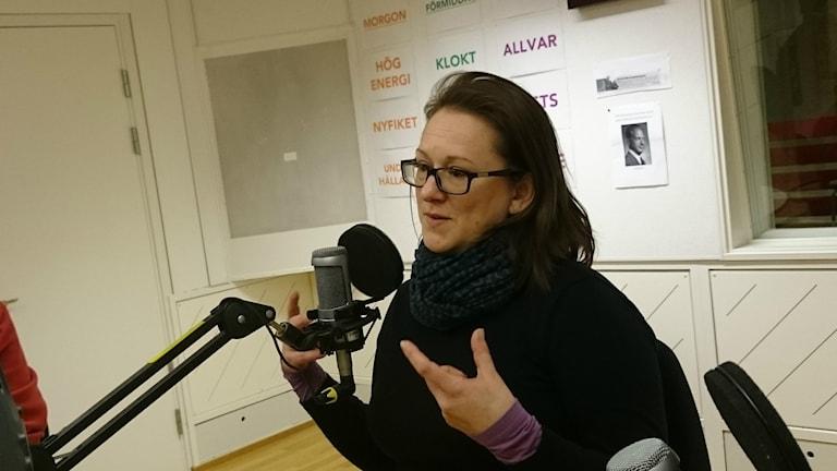 Författaren Marte Michelet berättar om sin bok i studion. Foto: Daniel Nord.