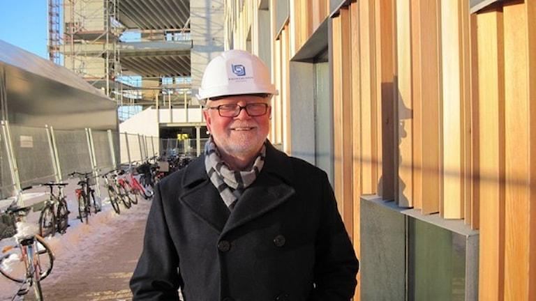 Krister Olsson i skyddshjälm vid en byggarbetsplats. Foto: Agneta Johansson.